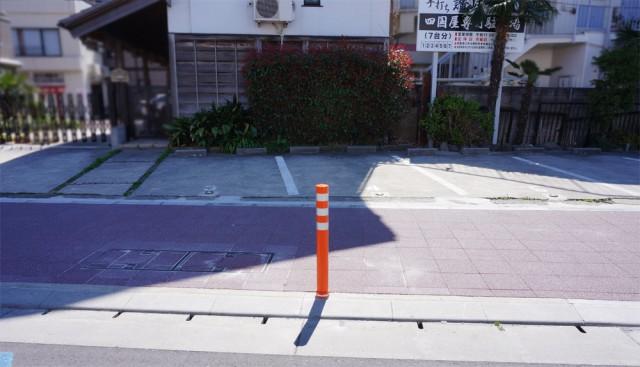 3番と4番の駐車スペース間にあるポール